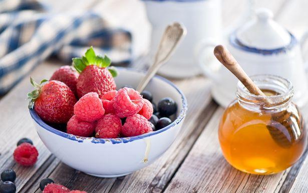 При простуде малину добавляют в чай и смешивают с медом