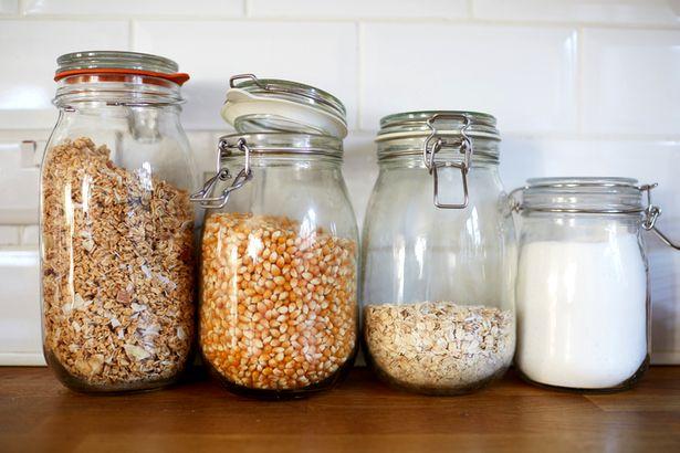 Чтобы не встретиться с молью на своей кухне, храните сыпучие продукты  в стеклянных емкостях