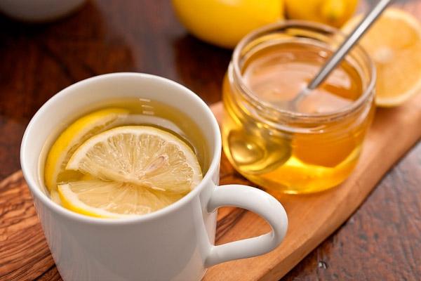 Мед часто употребляют с чаем, но класть в кипяток его нельзя