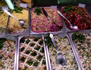 Испорченные продукты пускают на готовые салаты