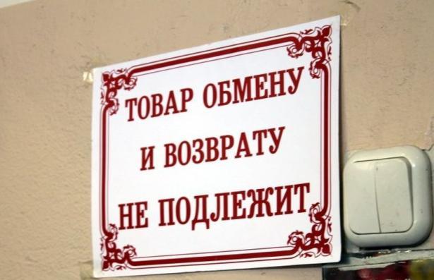 golaya-devushka-stidlivo-prikrivalas